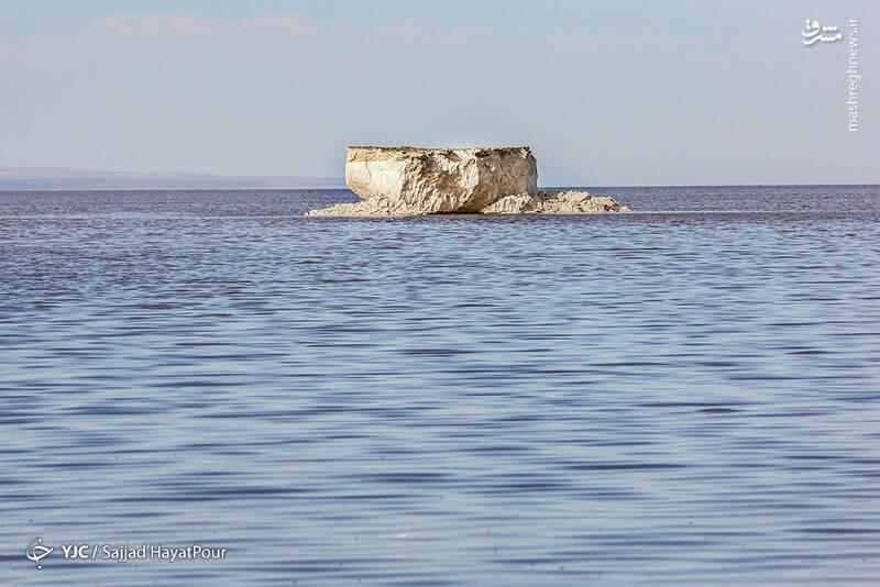 وسعت و شکل دریاچه متناسب با ورود آب و میزان بارندگی آن در فصول مختلف سال متفاوت است