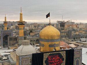 عکس/ تعویض پرچم گنبد حرم امام رضا(ع) به مناسب ایام شهادت حضرت علی(ع) - کراپشده