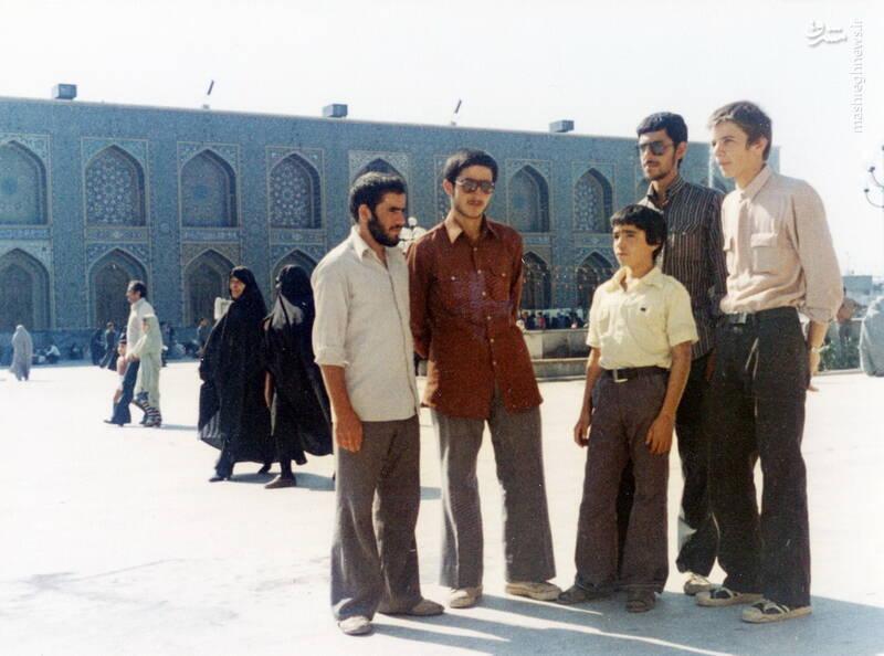 شهید محمدناصر اشتری(ایستاده، نفر دوم از راست)