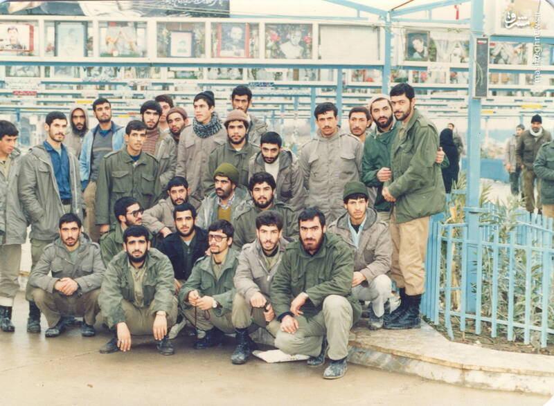 شهید محمدناصر اشتری(ایستاده، نفر اول از راست)- حضور گلزار شهدای قم برای زیارت مزار شهید مهدی زین الدین