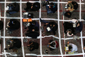 عکس/ فاصله گذاری اجتماعی در داخل مسجدارگ