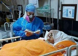 عکس/ صحنهای از راز و نیاز یک پرستار بر بالین بیمار کرونایی