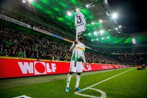 عکس/ دلتنگی مهاجم گلادباخ برای پرچم کرنر