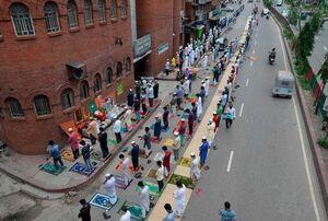عکس/ نماز جماعت با رعایت فاصله اجتماعی