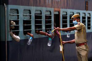 عکس/ نحوه پذیرایی از مسافران قطار در هند