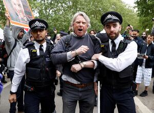 عکس/ دستگیری معترضین به قرنطینه در لندن