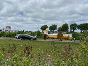 فیلم/ فرود اضطراری یک هواپیمای کوچک در بزرگراه