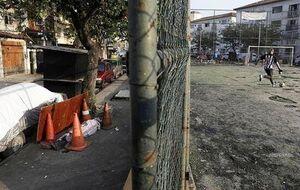 بازی فوتبال در کنار جسد کرونایی در خیابان! +عکس