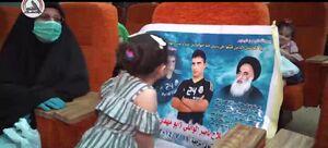 بوسه خاص دختر شهید بر تصویر پدرش +عکس