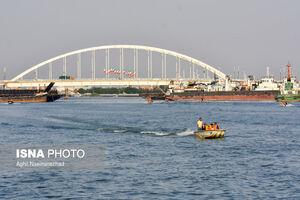 لنج سواری مسافران در رودخانه کارون