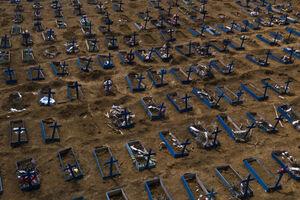 قبرهای جدید در یک گورستان در مانائو، برزیل