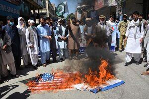 عکس/ آتش زدن پرچم اسرائیل و آمریکا در پاکستان