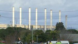 فیلم/ لحظه تخریب دودکشهای نیروگاهی در استرالیا