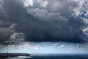 ابرهای طوفانی بر فراز شهر بیروت لبنان