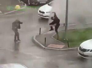 فیلم/ پرتاب مرد روسی به علت وزش باد!