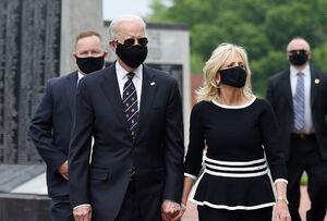 عکس/ «جو بایدن» پس از دو ماه با همسرش آفتابی شد