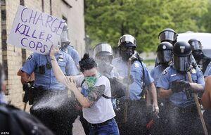 فیلم/ خشونت پلیس آمریکا علیه معترضان در میامی