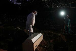 """دفن شبانه فوتیهای کرونایی در گورستان شهر """"سائوپائولو"""" برزیل"""