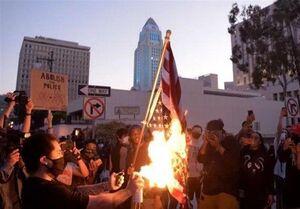عکس/ آتش زدن پرچم آمریکا توسط معترضین