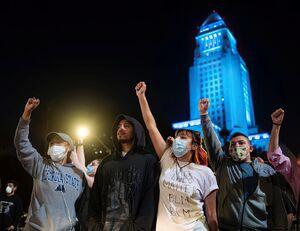 گسترش اعتراضات به قتل وحشیانه مرد ساهپوست آمریکایی به دیگر شهرهای این کشور/ پرچم آمریکا در لسآنجلس به آتش کشیده شد