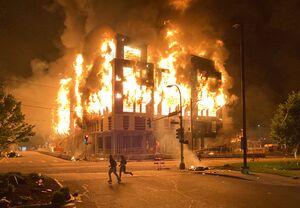 اینک آخرالزمان؛ آمریکا در آتش خشم معترضان به نژادپرستی میسوزد +عکس و فیلم