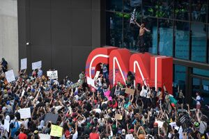 اسپری فلفل پلیس پاسخ تسلیم معترضان +فیلم