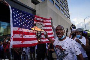 عکس/ داخل خاک آمریکا پرچم آمریکا را آتش زدند