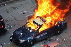 عکس/ آتش زدن خودروهای پلیس در آمریکا