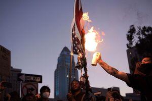 فیلم/ آتشزدن پرچم آمریکا توسط هواداران منچستر