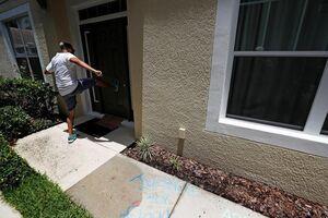 عکس/ حمله  معترضان به خانه پلیس قاتل آمریکایی