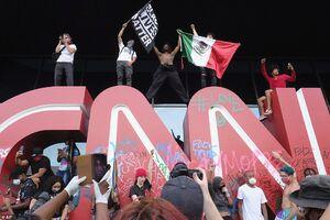 عکس/ یورش معترضان به ساختمان سی ان ان