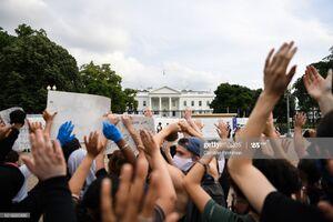 خشم معترضان به درب کاخ سفید رسید +فیلم