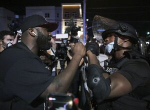 فیلم/ کلانتری پورتلند آمریکا هدف حمله مردم خشمگین