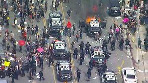 عکس/ آتش زدن خودرو پلیس مقابل چشمان پلیس