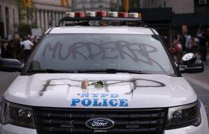 عکس/ هدیه معترضین به پلیس نژادپرست آمریکا
