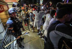 عکس/ عاقبت پلیس آمریکایی که از تیم جا ماند