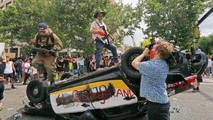 عکس/ واژگون کردن خودروی پلیس در آمریکا