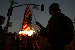 عکس/ آتش زدن پرچم برافراشته آمریکا