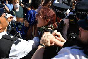 عکس/ حمله به سفارت آمریکا در قلب انگلیس