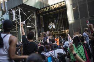 عکس/ معترضان به برج ترامپ رسیدند