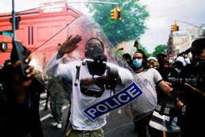 عکس/ غنیمت گرفتن از تجهیزات پلیس آمریکا