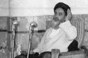 امام خمینی بر فراز منبر مسجد اعظم قم در دوران آغاز نهضت اسلامی - کراپشده