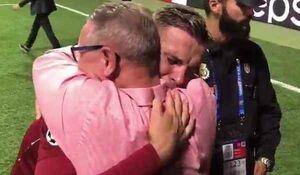 فیلم/ لحظه احساسی فوتبالیست و  پدر سرطانیاش