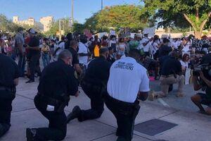 فیلم/ همراهی برخی از ماموران پلیس با معترضان آمریکایی