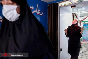 عکس/ عبور دانش آموزان از تونل ضدعفونی کننده