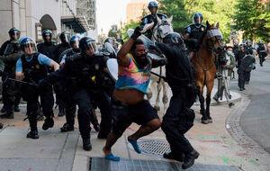 جنگ تن به تن پلیس و معترض در آمریکا
