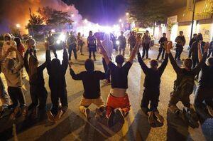 فیلم/ شلیک مهیب به صف معترضانی که زانو زده بودند