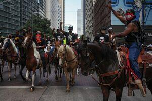 عکس/ تظاهرات معترضان با اسب