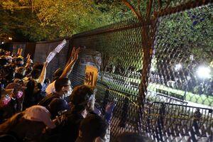 عکس/ معترضان پشت حصار امنیتی کاخ سفید