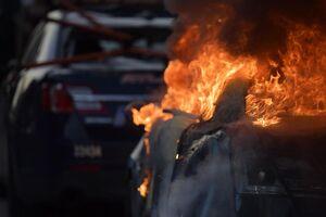 عکس/ اینجا خودروها در آتش ذوب میشوند